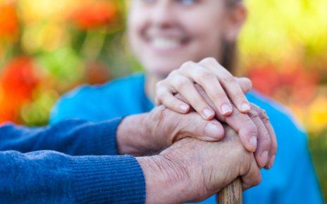 """""""Raport o dobrym umieraniu"""" – czy Polacy wiedzą, czym jest opieka paliatywna?"""