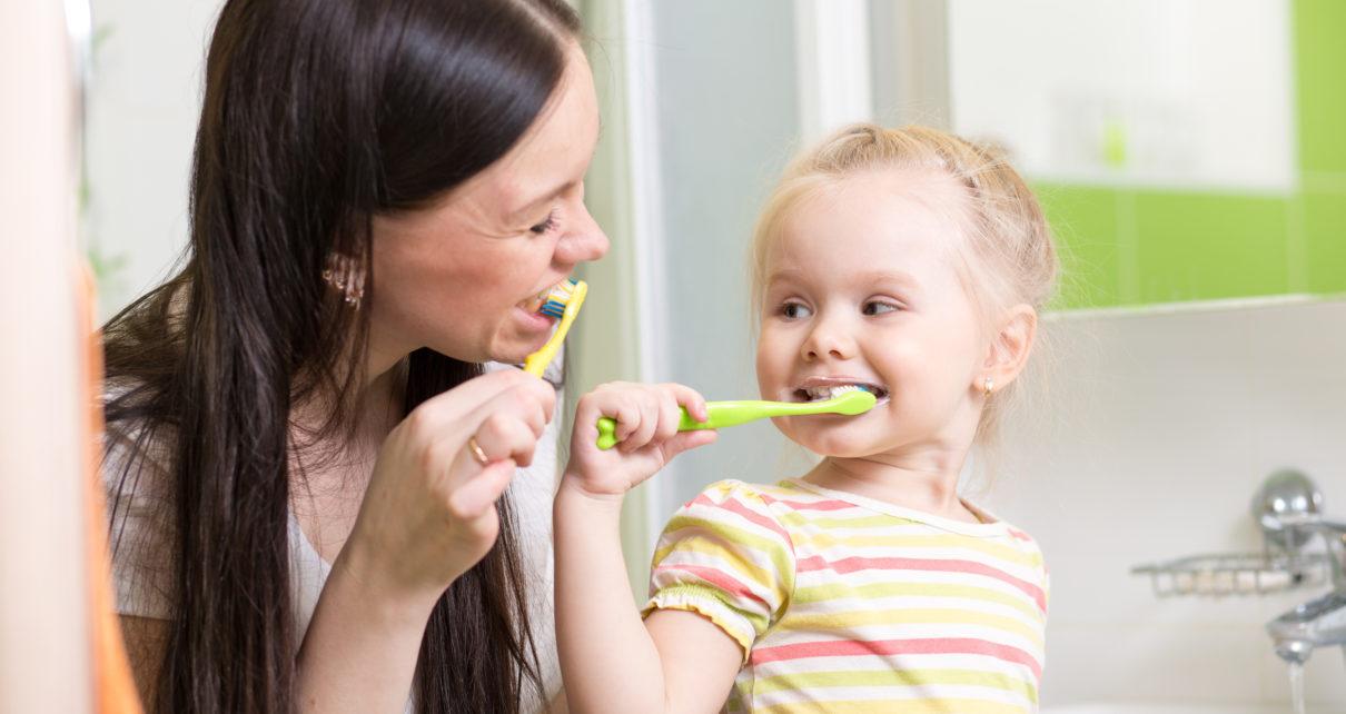 Trwa wojna o pastę do zębów z fluorem – czy można korzystać z niej bezpiecznie?