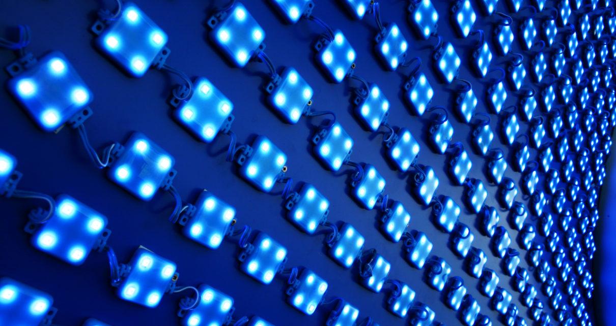 Badanie: niebieskie światło skraca życie i uszkadza komórki nerwowe